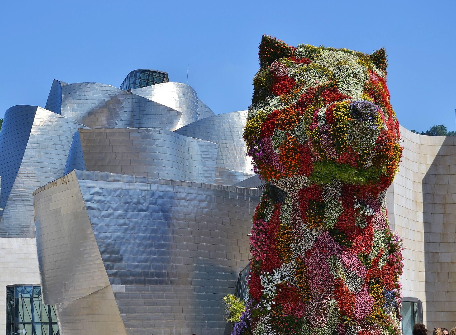 Der bepflanzte Riesenhund Puppy vor dem Guggenheim-Museum in Bilbao