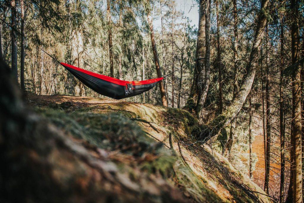 Symbolbild: eine Hängematte zwischen den Bäumen zur Entspannung beim Mikroabenteuer
