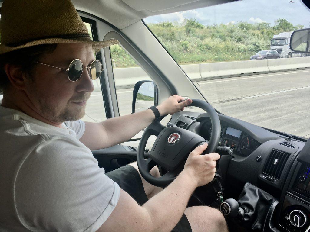 Martin Schöne fährt das Reisemobil mit Frau und Kindern