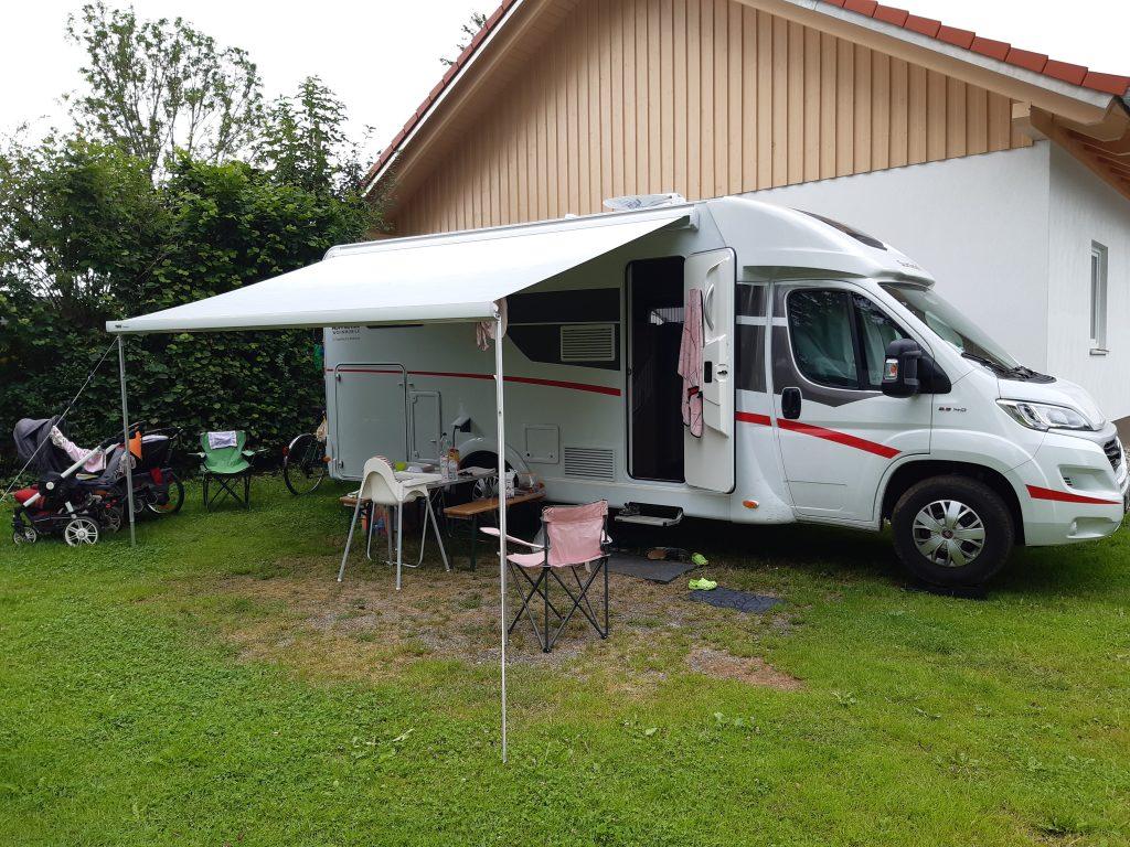 Standort gefunden: Das Reisemobil mit ausgefahrener Markise