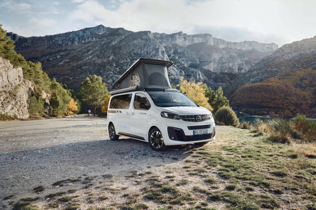 Camper-Van Crosscamp mit aufgestelltem Dach in der Natur
