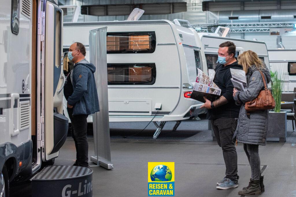 Besucher besichtigen ein Reisemobil bei der Messe Reisen & Caravan in Erfurt