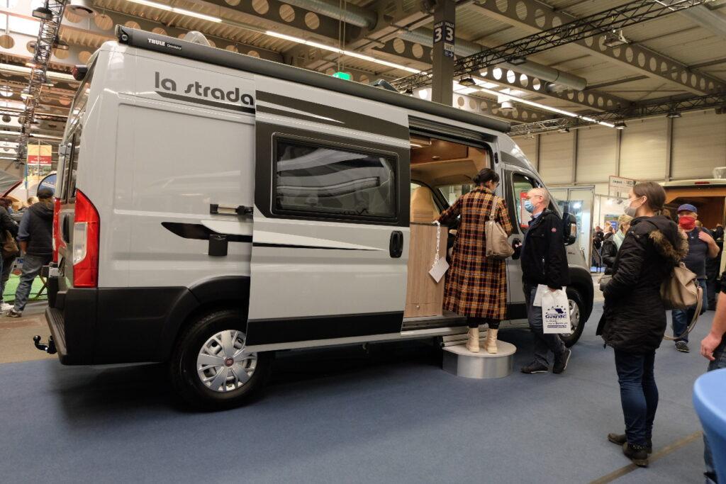 Familie besichtigt einen Camper-Van bei der Messe Reisen & Caravan