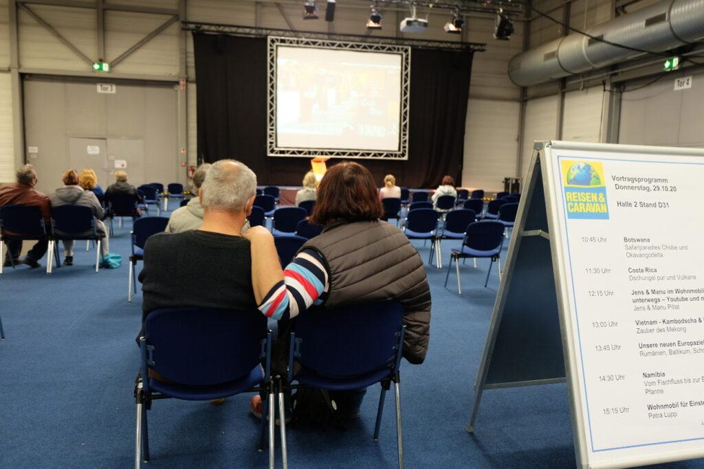 Messe Reisen und Caravan, Blick ins Vortragsforum mit Reise-Themen und Caravaning-Vorträgen