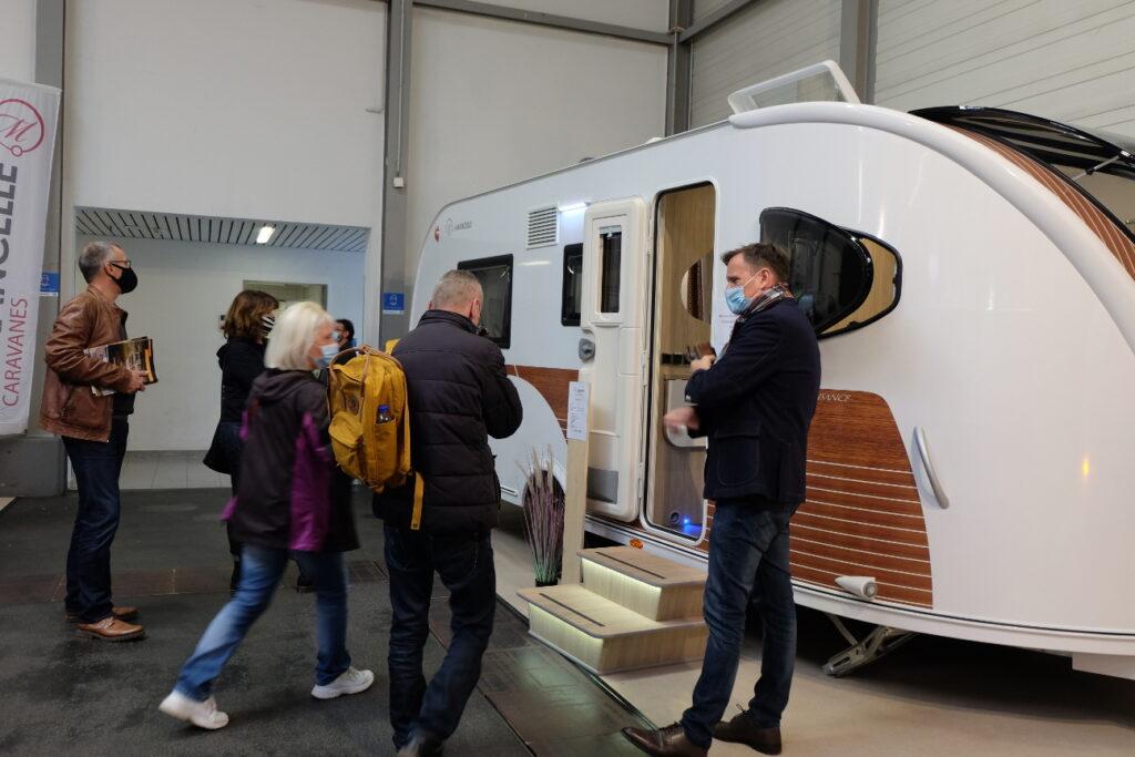 Besucher besichtigen einen Wohnwagen bei der Messe Reisen & Caravan in Erfurt