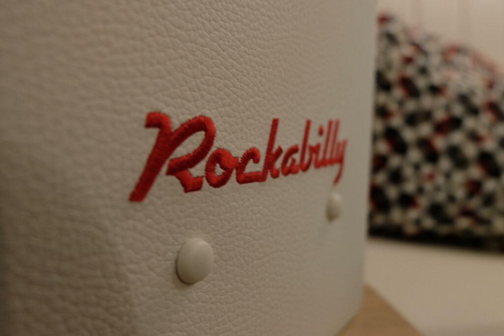 Roter Schriftzug im Sondermodell Rockabilly
